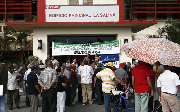 Resultado de imagen para FOTOS Jubilados de PDVSA protestaron por falta de pago, FONDO DE PESIONES