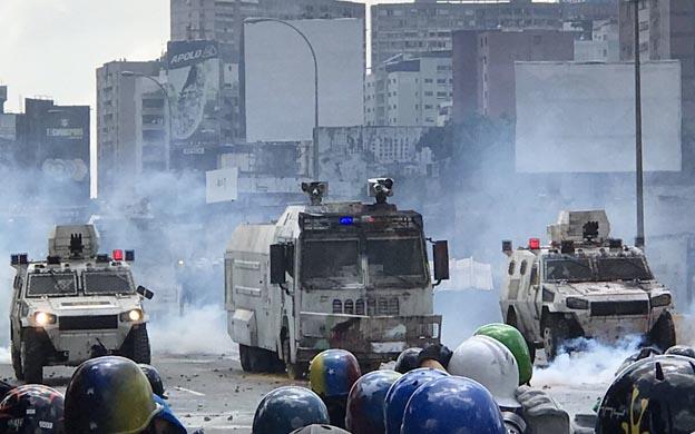 Diario la verdad reprimen con bombas marcha hacia el for Como llegar al ministerio del interior